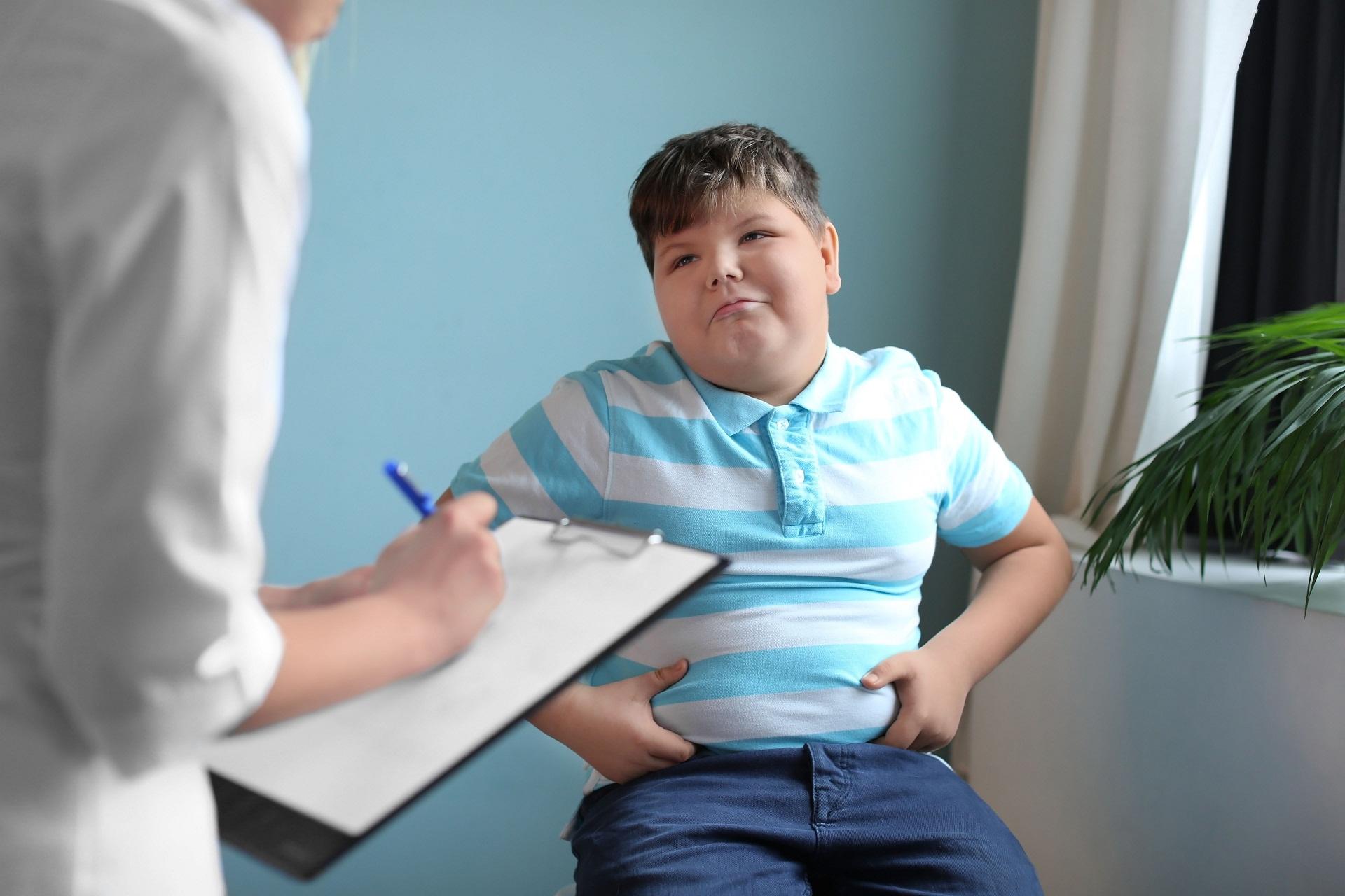 Síndrome de Prader-Willi, obesidade, deficiência intelectual, compulsão alimentar, birra, hipotonia, mãos e pés pequenos, diabetes tipo 2