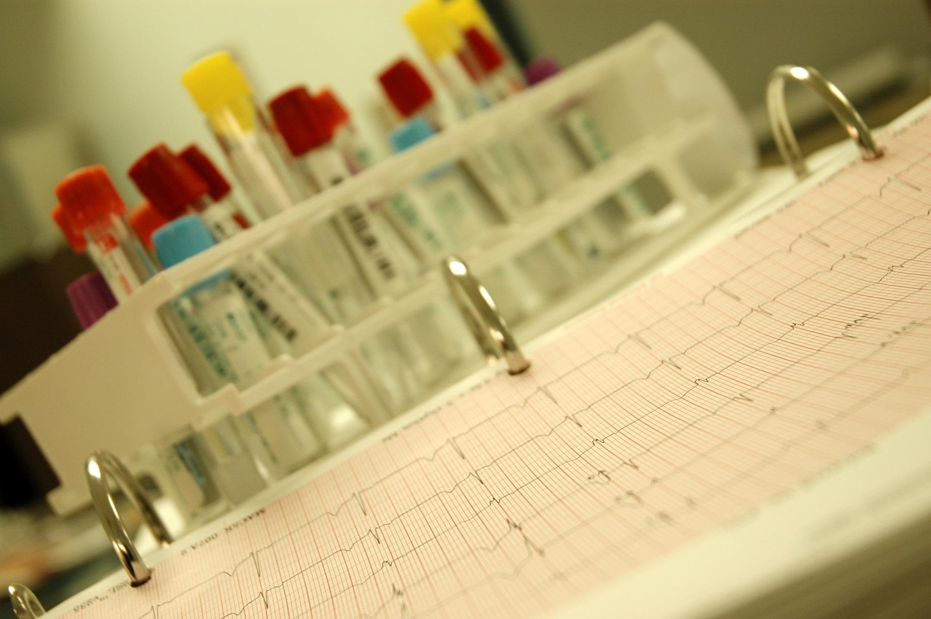 Teste genético riscos e limitações coleta do material coleta de sangue esfregaço bucal amniocentese semen alterações psicossociais informação genética